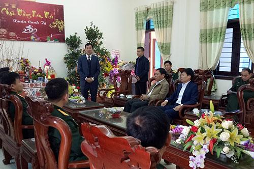 Đồng chí Hà Đức Huynh – Bí thư HU, Chủ tịch HĐND huyện thăm và chúc Tết Ban  Chỉ huy Quân sự huyện