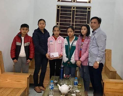 4 em học sinh trường THCS Tam Sơn, Cẩm Khê dành tiền mừng tuổi của mình đồng hành cùng nhà trường trong phòng chống dịch Corona.