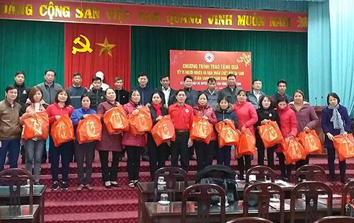 Cẩm Khê trao 300 xuất quà tết cho người nghèo và nạn nhân da cam.