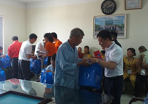 Trao quà tết cho bệnh nhân có hoàn cảnh khó khăn  ở Trung tâm y tế Cẩm Khê.