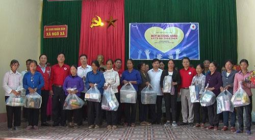 Hội Chữ Thập đỏ thành phố Hà Nội tặng 120 suất quà tới các hộ nghèo tại 02 xã Ngô Xá và xã Thụy Liễu huyện Cẩm Khê