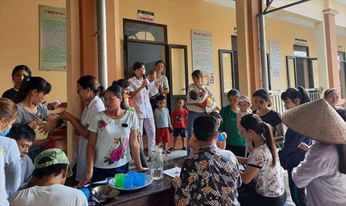 Trạm y tế xã Yên Tập tổ chức cho trẻ uống Vitamin A