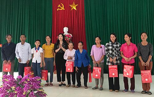 Hội LHPN tỉnh Phú Thọ trao quà cho các gia đình hội viên phụ nữ  bị thiệt hại do thiên tai trên địa bàn huyện Cẩm Khê.